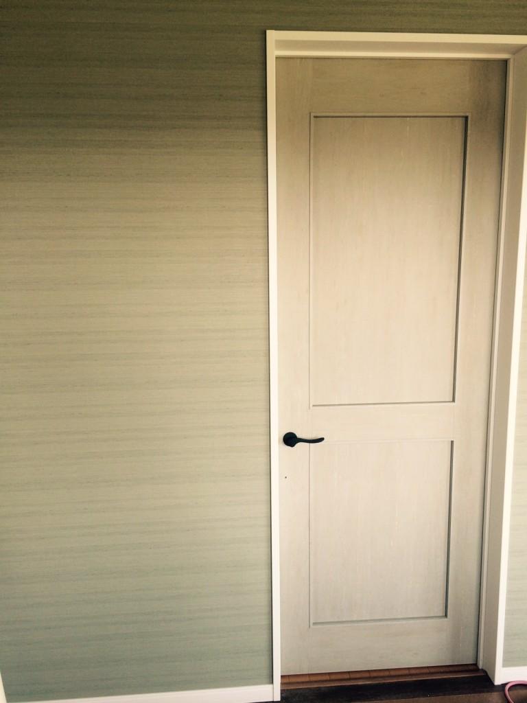 二階の主寝室のドアが入っていました。グリーンのドアは珍しいかも。風合のある感じが素敵です。