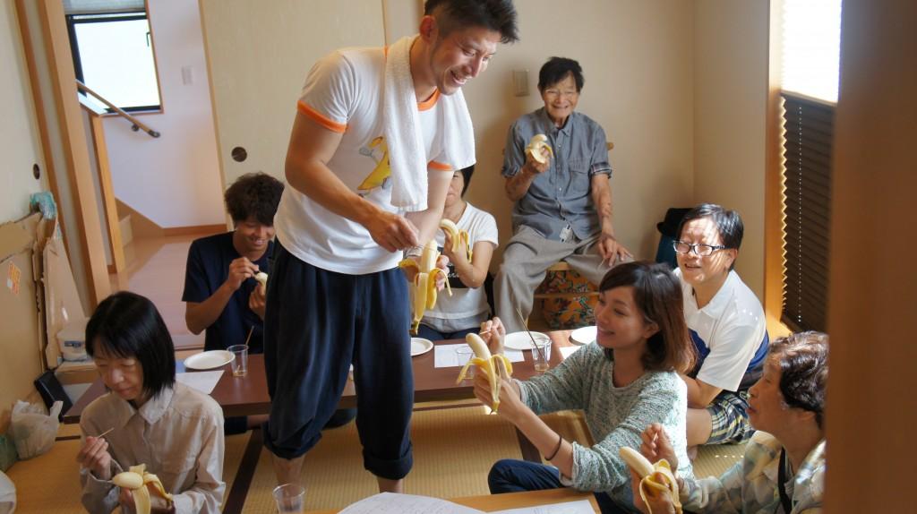 バナナ彫刻の山田さんの教室です。なんかバナナもってシュール。楽しそう。