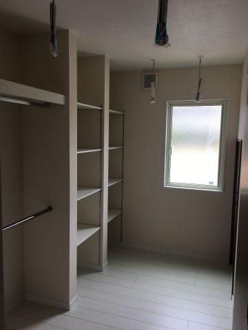 リビング隣接の収納部屋。洗面や二階からもアクセス可能で機能的です。